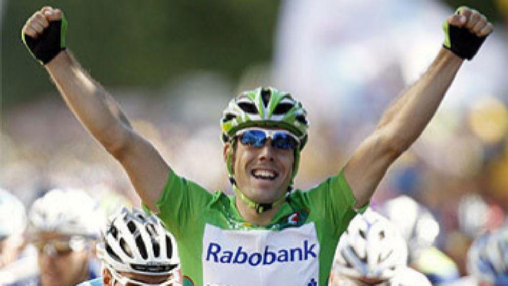 Oscar Freire celebrando una victoria de carrera