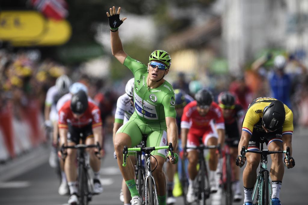 Marcel Kittel señala son la mano su quinto triunfo de etapa.