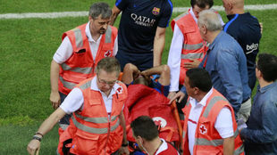 Momento en el que Mascherano se retira lesionado de la final de Copa.