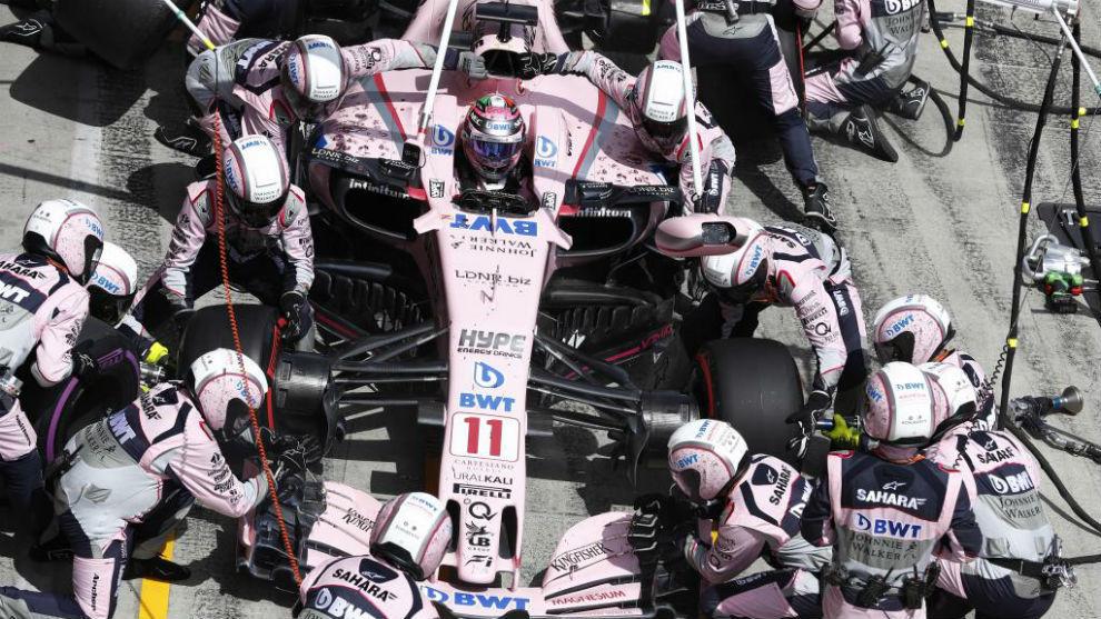 Los mecánicos de Force India, trabajando en el coche de Checo Pérez