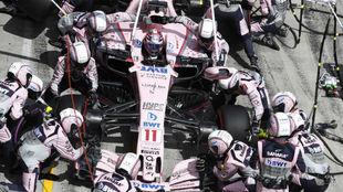 Los mec�nicos de Force India, trabajando en el coche de Checo P�rez