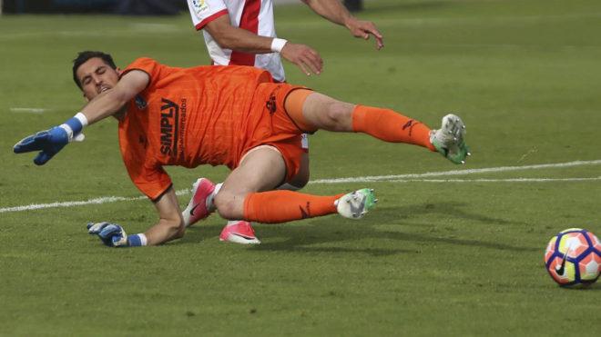 Sergio Herrera realiza una intervención en un partido del Huesca.