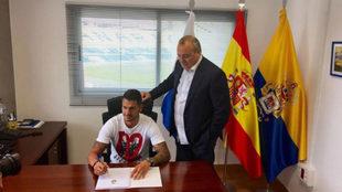 Vitolo estampa su firma en presencia de Miguel �ngel Ram�rez.