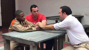 Alexis Viera, de rojo, junto al hombre que le disparó.