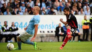 Nikolov remata a portería ante el jugador del Malmoe Brorsson, que no...