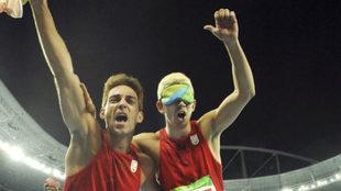 Marcos Blanquiño y Gerard Descarrega celebran el oro en 400 metros en...