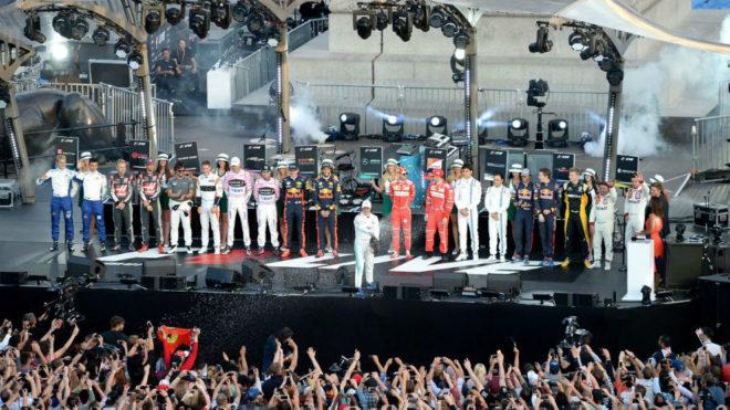 Bottas descorcha una botella ante todos los pilotos menos Hamilton.