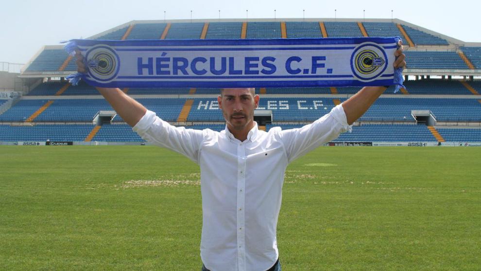 Samuel LLorca posa con la bufanda del Hércules en el Rico Pérez.