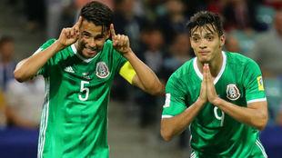 Diego Reyes celebra junto a Raúl Jiménez un gol en la Copa...
