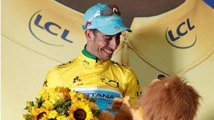 Fabio Aru, sonriente en la ceremonia de entrega del maillot amarillo.