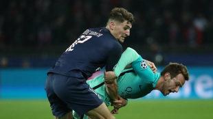 Meunier pugna con Rakitic en el PSG-Barça de Champions.