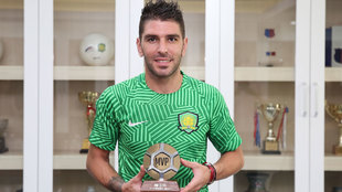 Jonathan Soriano con el trofeo al mejor jugador de la jornada de la...
