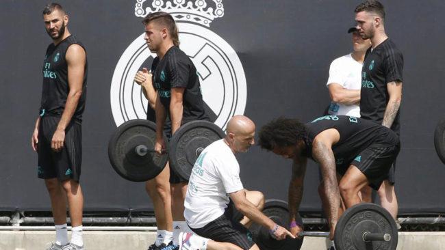 Marcelo coge las pesas ante Pintus.