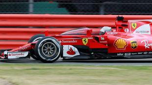 Vettel pilota su Ferrari con el escudo transparente.