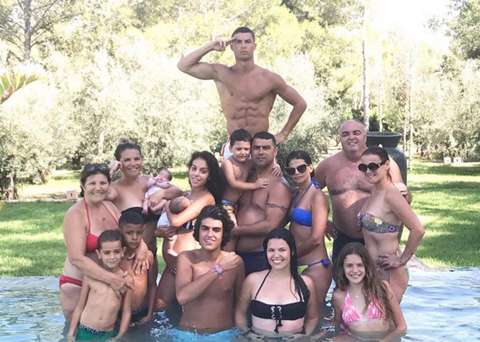 Cristiano Ronaldo posando junto a su familia