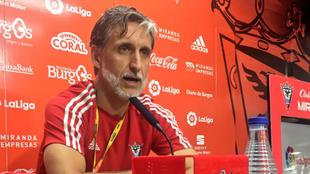 Pablo Alfaro, durante una rueda de prensa con el CD Mirandés
