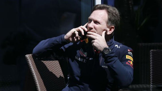 Horner habla por tel�fono en el pasado GP de Rusia.