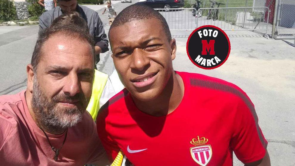 El selfie de Mbappé con nuestro redactor de MARCA