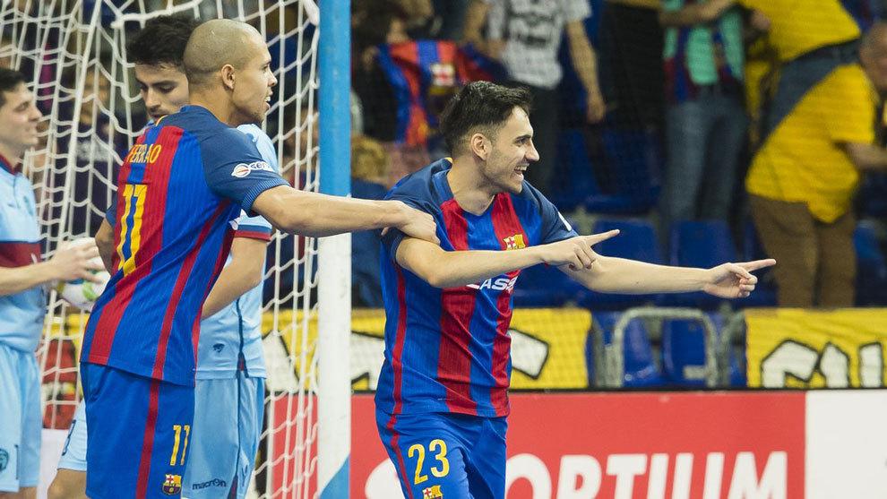Diego Quintela (derecha) en un partido con el Barcelona.