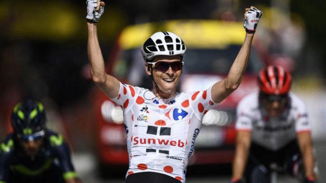 Warren Barguil entra con los brazos en alto en la meta de Foix.