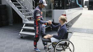 Carlos Sainz saluda a Willy Monger en el Circuito de Silverstone