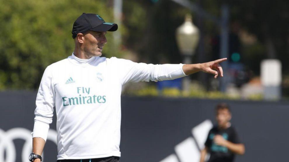 Zidane dirige el entrenamiento del Real Madrid en UCLA.