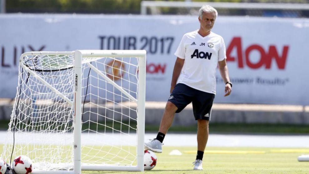 Mourinho durante un entrenamiento con el Manchester United en Los...