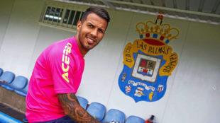Jonathan Viera (27) posa para MARCA con el escudo del a Uni�n...