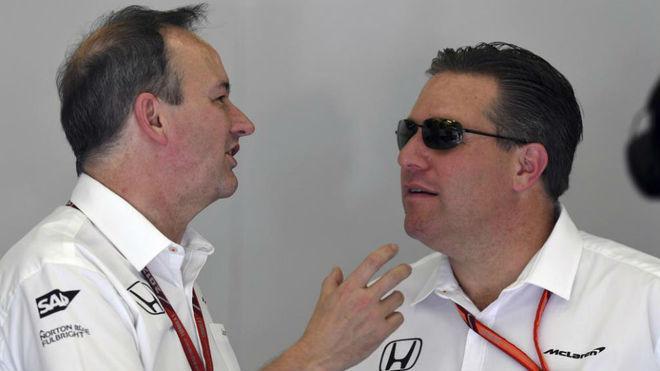 Jonathan Neale charla con Zak Brown en el pasado GP de Bahréin.