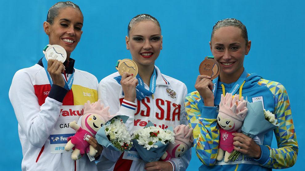 Ona Carbonel, a la izquierda, posa con la medalla de plata