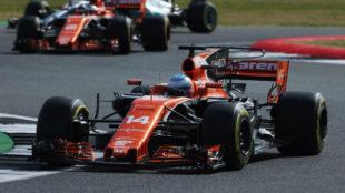Fernando Alonso rueda delante de Vandoorne en Silverstone.