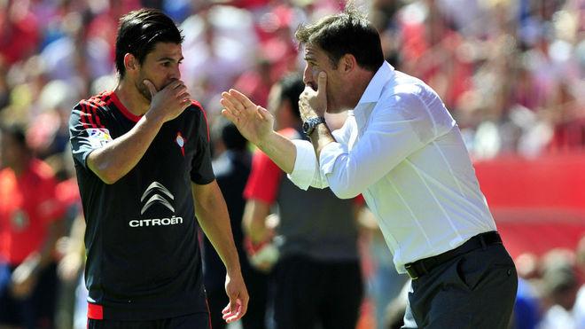 Nolito conversa con Berizzo en el Sánchez-Pizjuán.