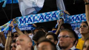 Aficionados del Málaga levantan bufandas del equipo