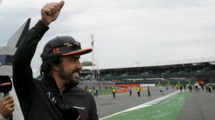 Alonso saluda a los seguidores de McLaren en Silverstone.
