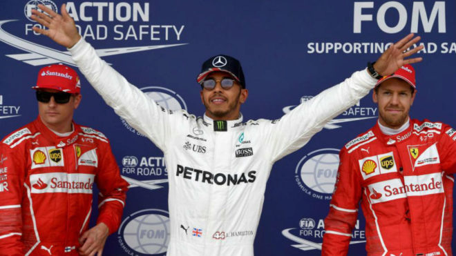 Hamilton celebra la 'pole' en presencia de Kimi y Vettel.