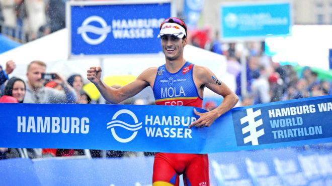 Mario Mola celebrando su victoria en Hamburgo.