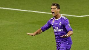 Cristiano Ronaldo celebra el primero de sus goles en la final de la...