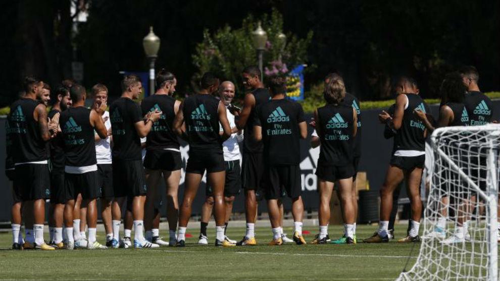 La plantilla del Real Madrid felicita a Danilo por su cumpleaños