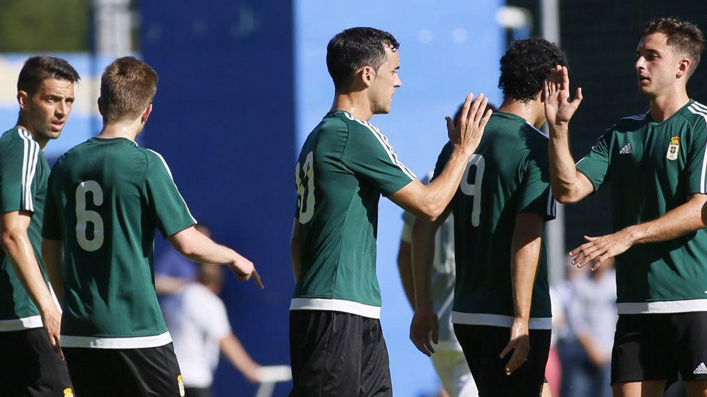 Los jugadores del Oviedo celebran el tercer gol de Linares