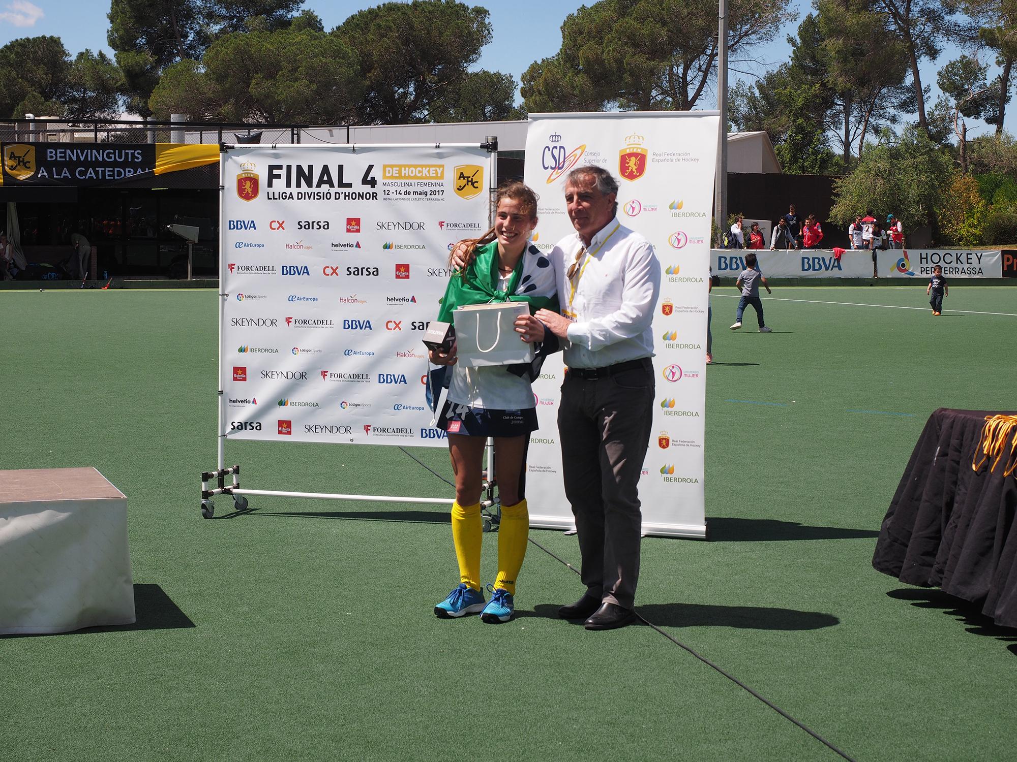 Alejandra con el MVP Sub 21 de la final de la Liga de División de...