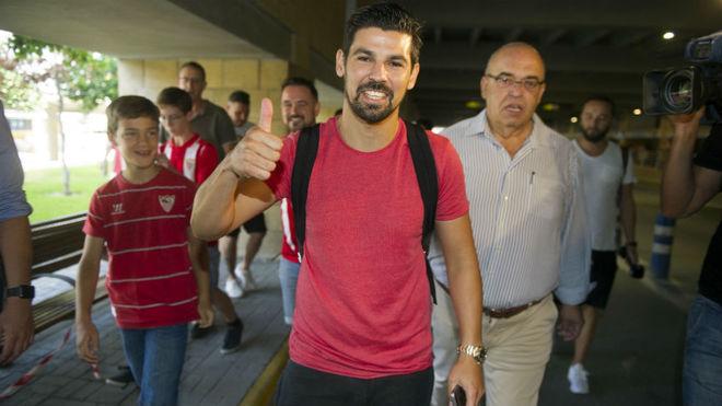 Nolito, muy sonriente en el aeropuerto de Sevilla.