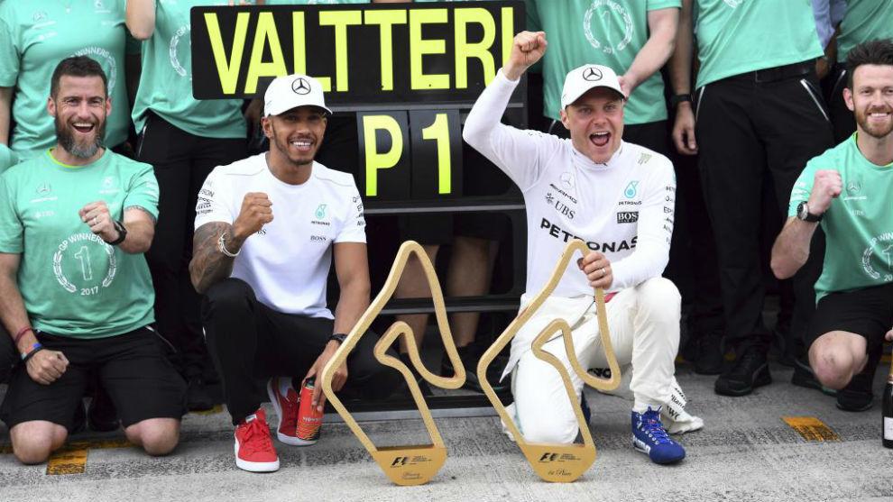 Bottas y Hamilton celebran el triunfo del primero, la semana pasada en...