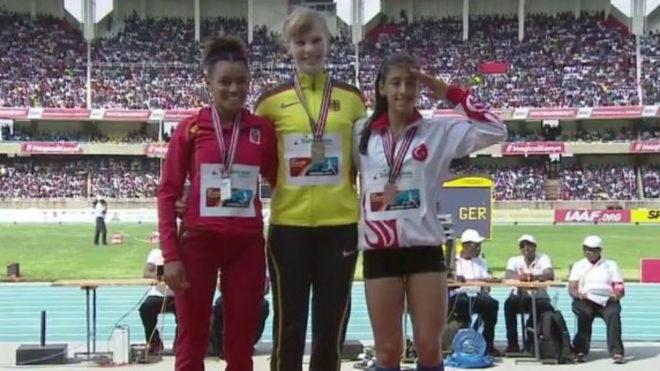 Bestué, a la izquierda, en el podio de los 200 metros del Mundial...