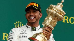 Hamilton, con el trofeo de ganador del GP de Gran Bretaña.