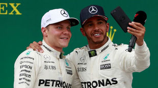 Bottas y Hamilton, en el podio de Silverstone.