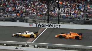 Servià, delante de Alonso en la Indy 500 de 2017.