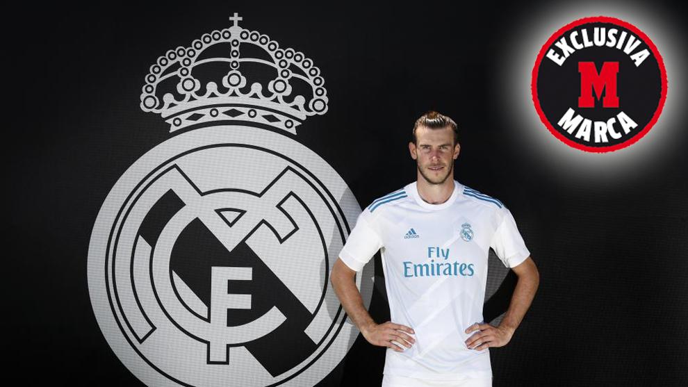 Gareth Bale posando con la camiseta y el escudo del Real Madrid.