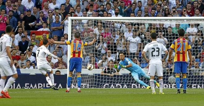 Alves, en el momento de detener un penalti a Cristiano Ronaldo en el...