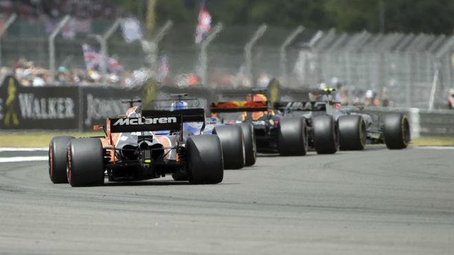 Alonso sigue a un grupo de monoplazas en Silverstone.