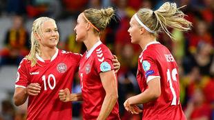 Sanne Troelsgaard celebra el primer gol junto a sus compañeras.